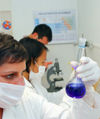 Femme dans un laboratoire