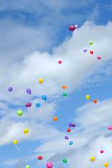Fliegende bunte Luftballons