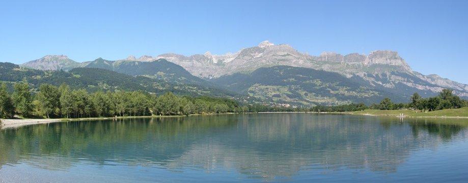 Panorama chaine des Aravis et lac en été
