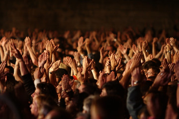 foule fan spectateur concert musique main bras applaudir