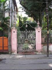 Grille en fer, portail rose, Rio, Brésil.