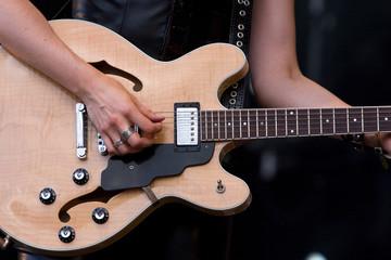 guitariste féminin guitare corde rock manche musicien concert mu