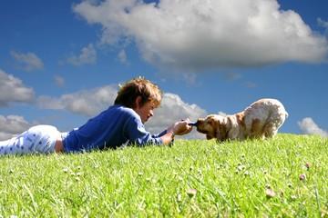 garçon contre chien