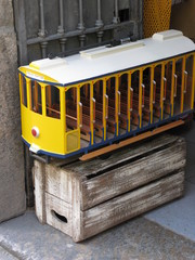 Tramway jaune sur caisse de bois, Rio, Brésil.