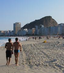Hommes sur la plage de Copacabana, Brésil
