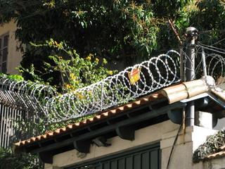 Fil de fer barbelé sur le toit, Santa Teresa, Rio, Brésil.