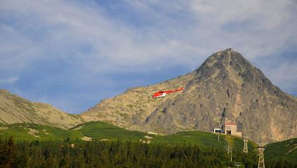 Hubschrauber über Gipfel