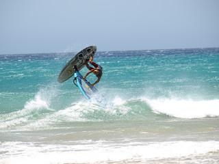 Surfer am Playa de Sotavento auf Fuerteventura