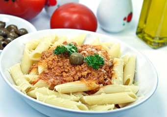 spaghetti bolognese mit oliven