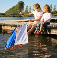 enfant  lac voilier