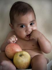 neonato tra le mele