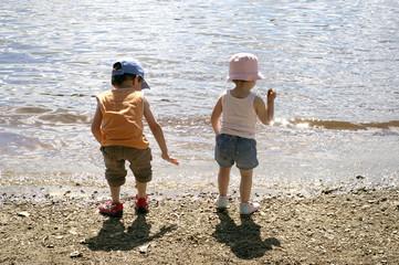frère et soeur au bord de l'eau