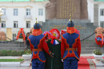 Gardes en costume traditionnel mongol