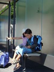 écoliers avec leurs cartables qui attendent le bus