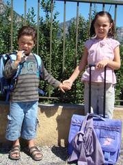 deux écoliers attendent le ramassage scolaire