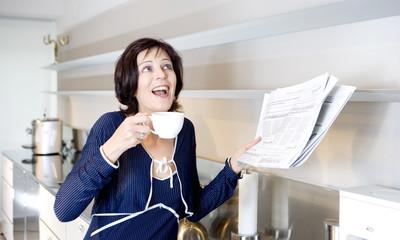 Frau mit Kaffee und Zeitung