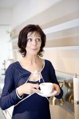 Frau mit Tasse in der Hand