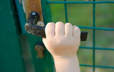 Main d'enfant sur la poignée