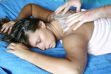 ragazza che riceve un massaggio