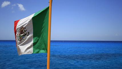 drapeau national du Mexique et mer des caraïbes
