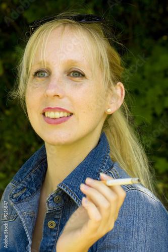 h bsche blonde frau beim rauchen stockfotos und lizenzfreie bilder auf bild 9215847. Black Bedroom Furniture Sets. Home Design Ideas