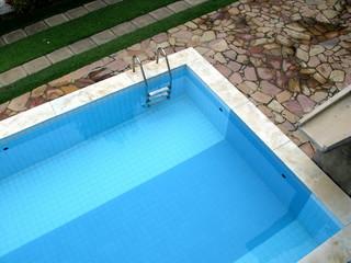 Coin de piscine bleue.