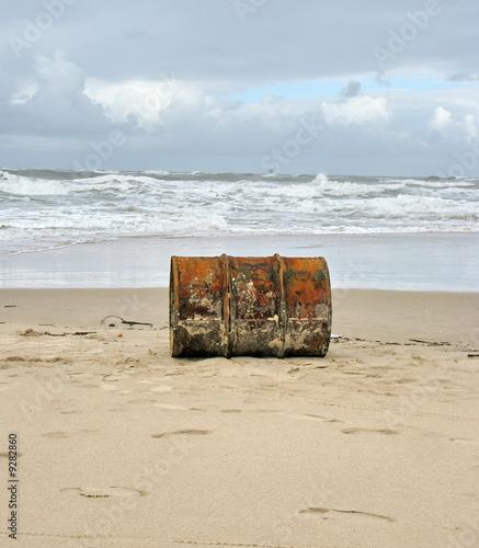 Bidon de p trole rouill chou sur une plage photo - Bidon de petrole ...