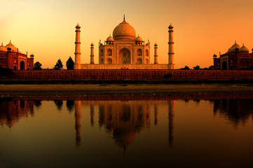 Tuinposter India taj mahal in india during a beautiful sunset