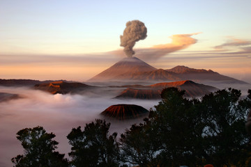 Photo sur Plexiglas Volcan Volcano with smoke