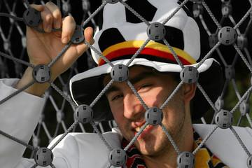 Fußballfan hinter Netz
