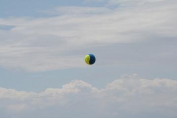 balle de tennis dans le ciel Aquitaine