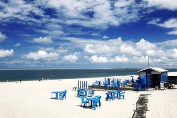 Paysage mer avec restaurant en bord de plage
