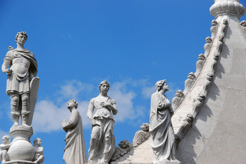 statues sur le palais des doges
