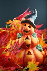 Halloween Kürbis Figur in rotem Laub