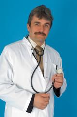 Ein Doktor vor blauem Hintergrund