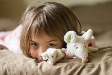 câlin avec les doudous souris