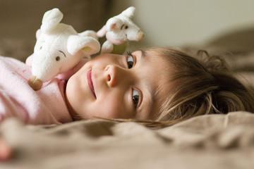 allongée avec ses doudous souris 3