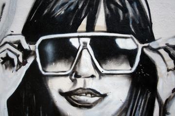 graffiti moda. chica con gafas de sol