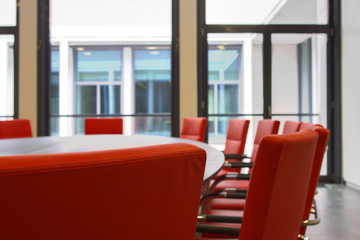 Konferenzraum mit roten Ledersesseln