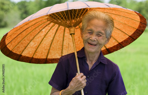 """Asiatische Sonnenschirme , Alte Asiatische Frau Mit Sonnenschirm"""" Stockfotos Und Lizenzfreie"""