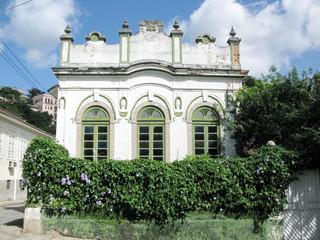 Maison ancienne, façade blanche et petit jardin, Rio, Brésil.