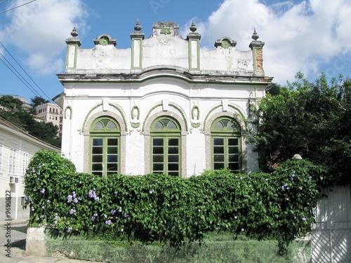 Maison ancienne fa ade blanche et petit jardin rio br sil photo libre de droits sur la - Maison facade blanche ...