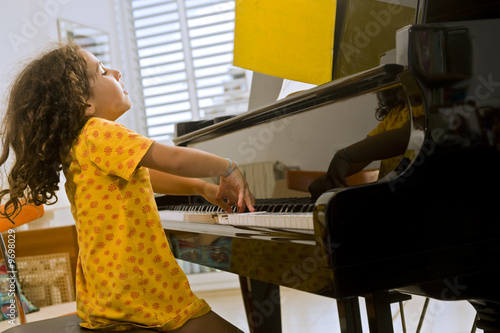 girl playing piano - HD1600×1065