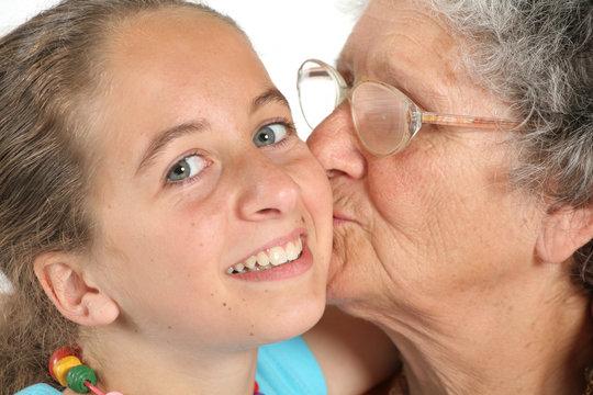 Enfants embrasse grand-mère