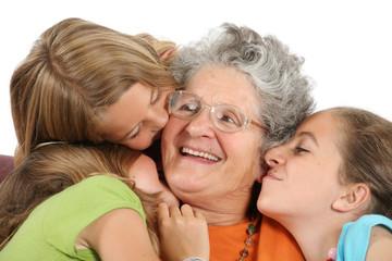 Enfants embrassant leur grand-mère