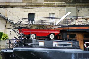 Voiture rouge sur une péniche, Quai de Paris.
