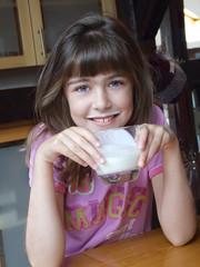 Niña preciosa tomando la leche