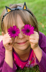 petite fille avec des yeux en fleur