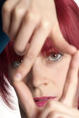 junge .Frau halten Finger als Rahmen vor Gesicht
