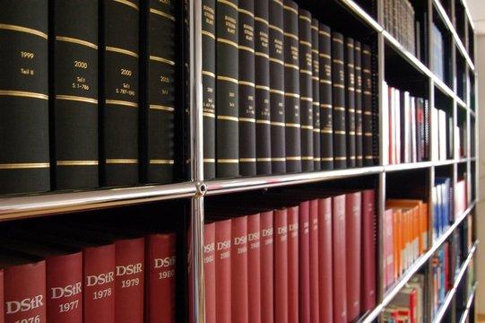 Bücherregal mit Fachliteratur